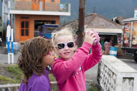 Com a holandesa Mette, de 5 anos, na aldeia de Cemoro Lawang