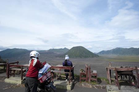 Um frio gélido abateu-se sobre a cratera, anulando a vontade de visitar o vulcão Bromo mais de perto