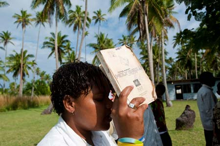 Uma habitante de Nakula com a bíblia durante a missa