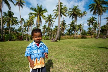 Companheiro de brincadeiras da Pikitim durante a missa de domingo