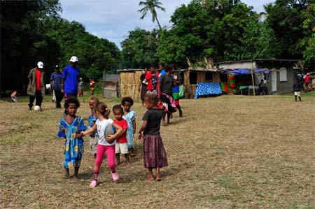 Durante a semana desportiva que aconteceu numa aldeia de Tanna perto do nosso bungalow básico, não faltaram amigos para brincar