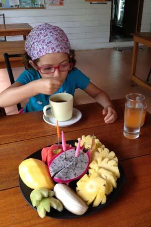 Um prato de fruta ao pequeno-almoço em Koh Yao Yai, Tailândia