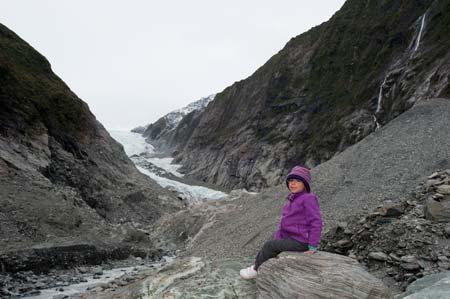 A Pikitim posando perto da cabeça do glaciar Franz Joseph