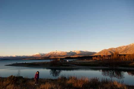 As cores quentes de um entardecer invernal no lago Tekapo