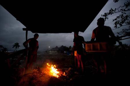 Preparação do lovo, o petisco tradicional fijiano