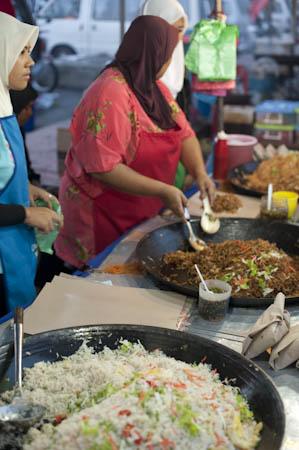 Preparando nasi goreng num mercado de Langkawi