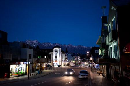 Vista noturna da cidade de Queensotwn, a autoproclamada capital mundial dos desportos radicais