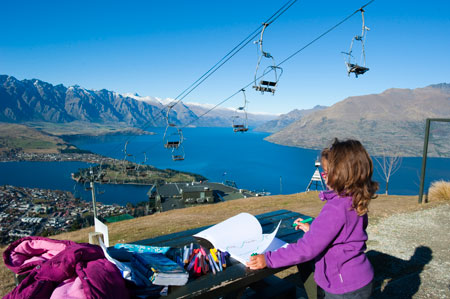 A Pikitim a desenhar a magnífica paisagem com Queesntown, o lago Wakatipu e as montanhas The Remarkables