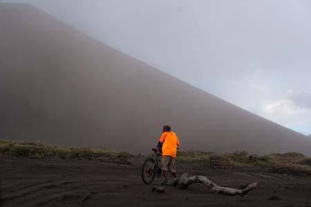 Vista do vulcão Yasur, principal atração turística de Tanna