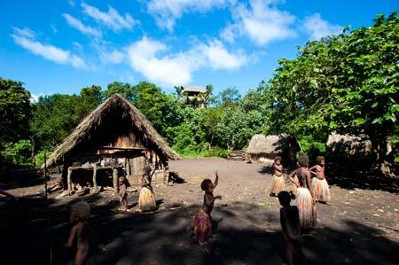 Crianças de Yakel, uma aldeia remota na ilha de Tanna, Vanuatu